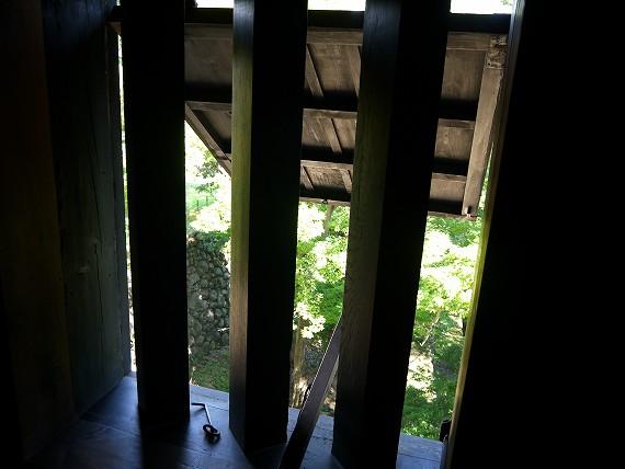 松江城_窓の隙間から見る風景