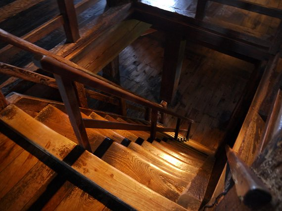 松江城の階段は急です