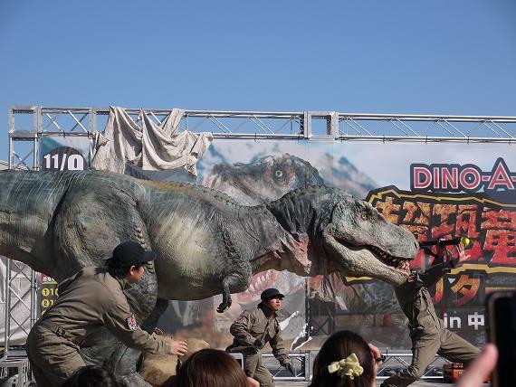 人を襲うティラノサウルス