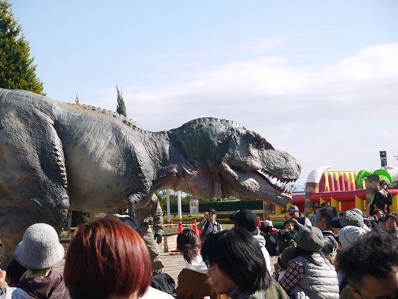 お客に絡むティラノサウルス