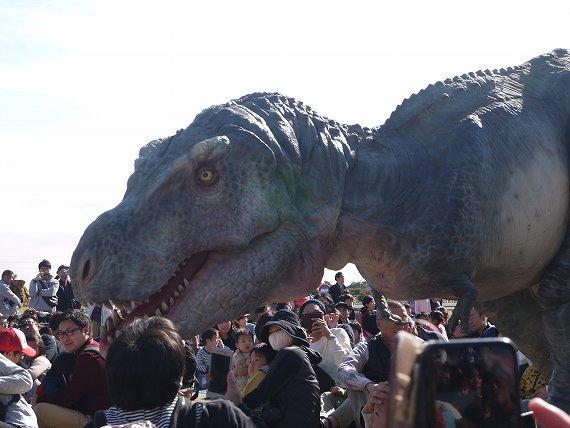 お客にさらに絡むティラノサウルス