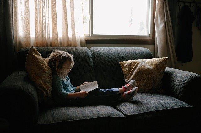 ソファーで子供と添い寝