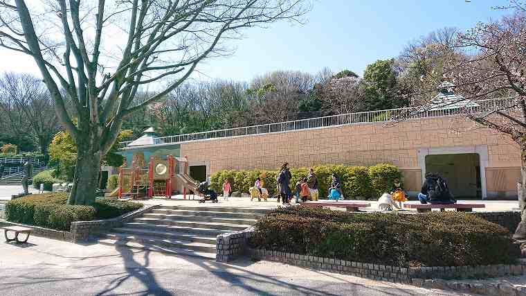 子供用の遊具が設置された公園