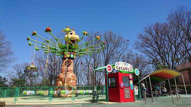 東山動物園の遊園地の風景