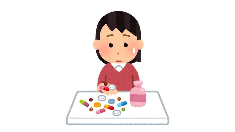 薬を飲む女の子