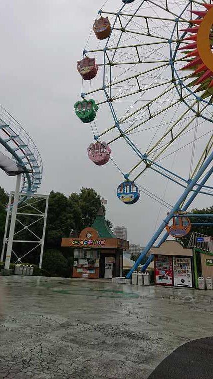 雨の日の遊園地