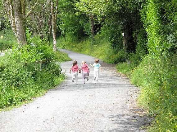 子供が外で遊ぶ風景
